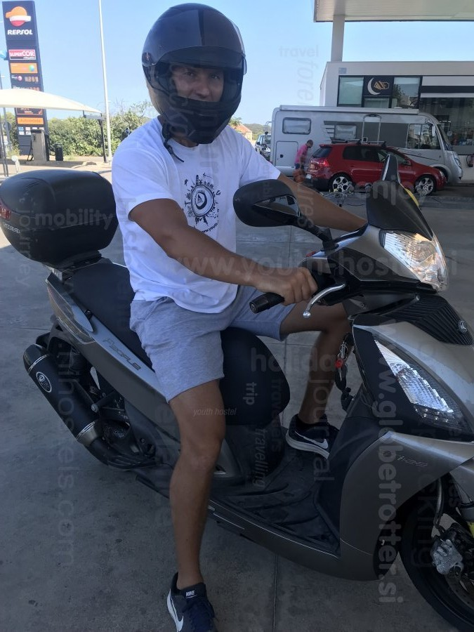 S skuterjem po Menorci, Nina Zadravec