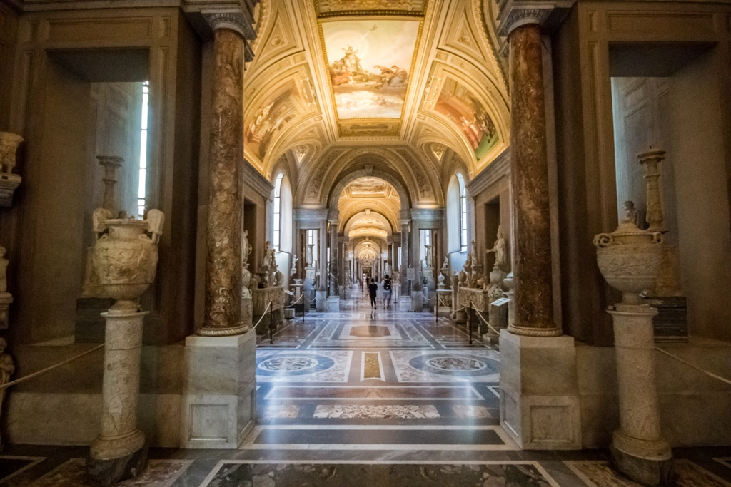 rome-exclusive-first-entrance-to-sistine-chapel-_t69728-008.jpg