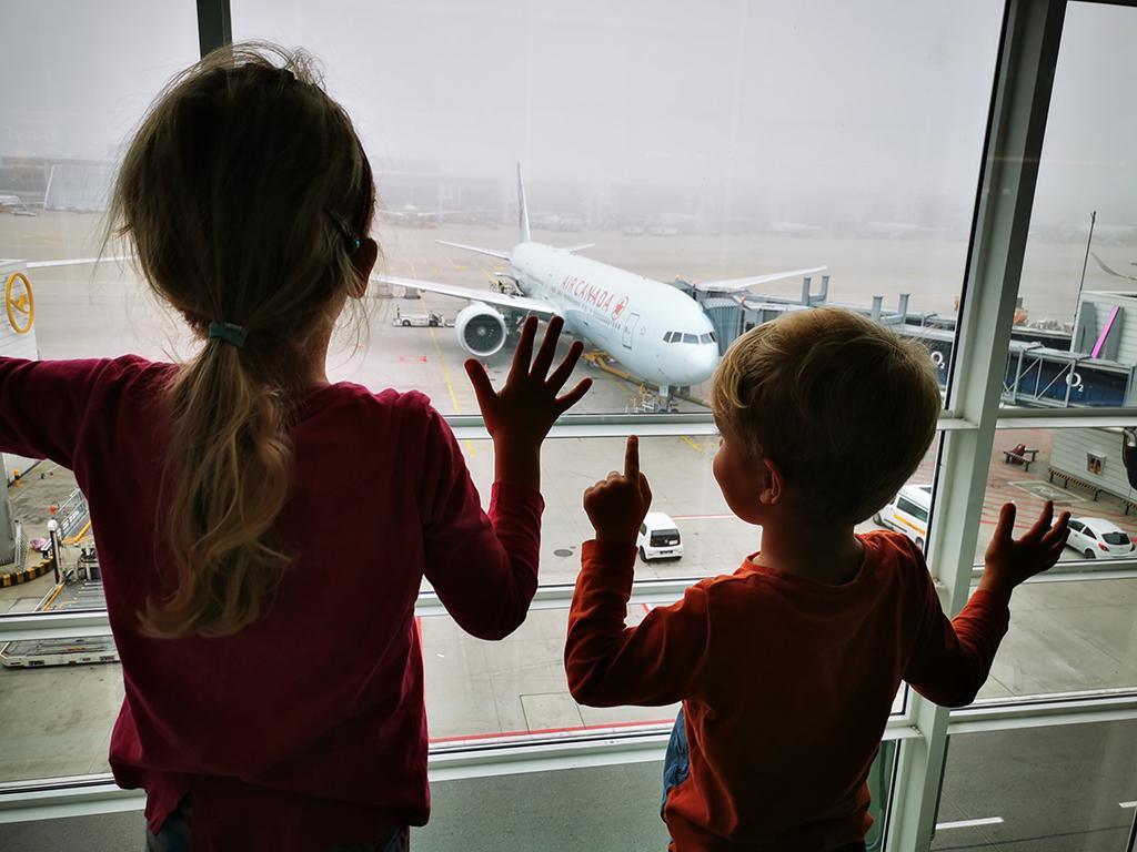 Potovanja_z_otroki_-_Traveling_with_children_-_Letalisce.jpg